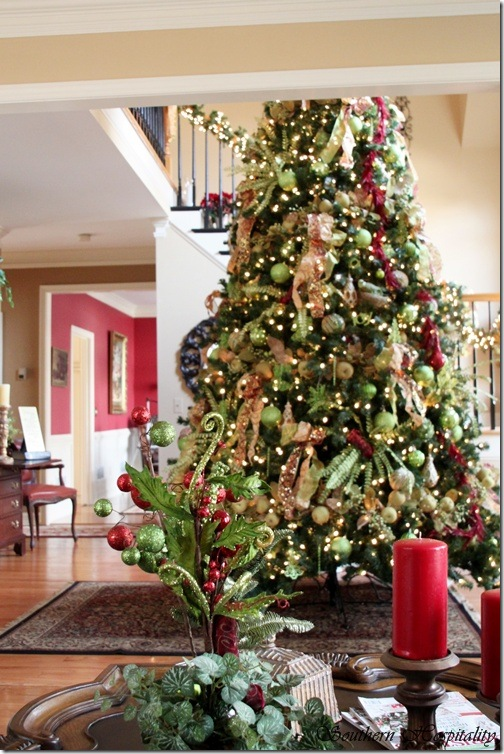 Feature friday ruby 39 s big and festive foyer tree Big christmas tree small space