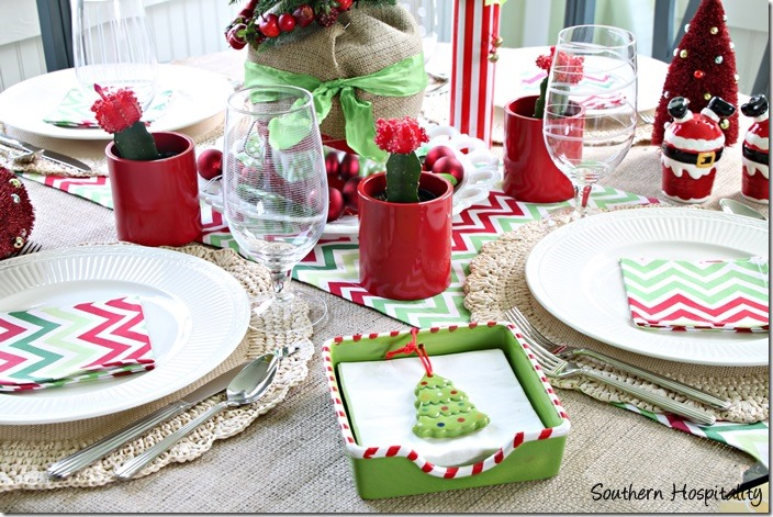 red and green christmas table decorations   www.indiepedia.org