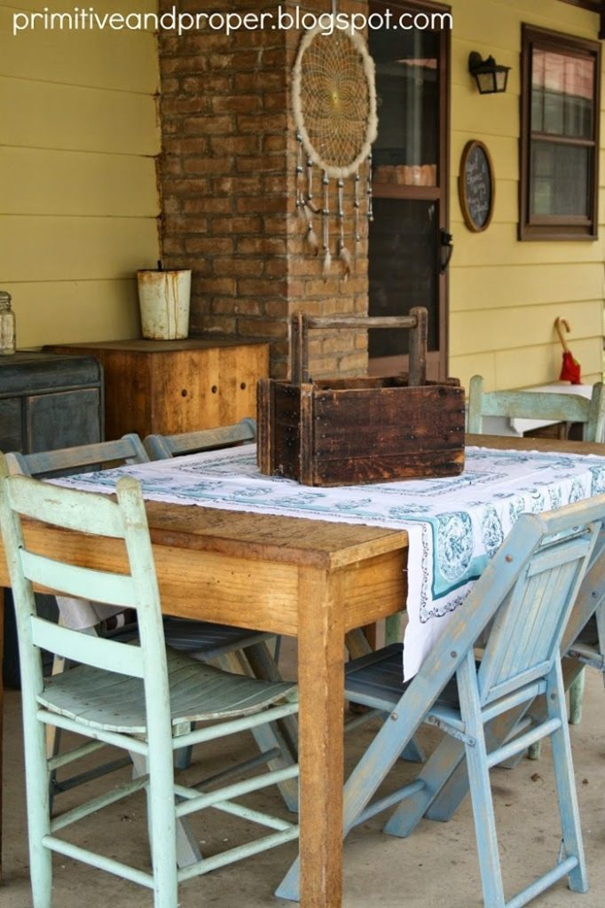 tour-porch-table-chairs