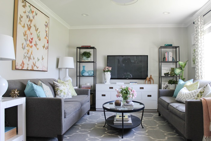 Feature friday chic little house southern hospitality for Living room color ideas for small spaces