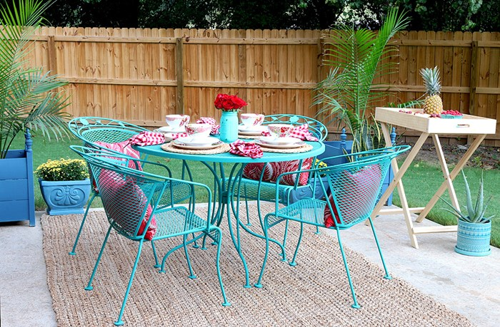 Marvelous DIY queen Jen Woodhouse made over a vintage metal patio set with bright turquoise chalk paint and look how cute her backyard space looks with all those