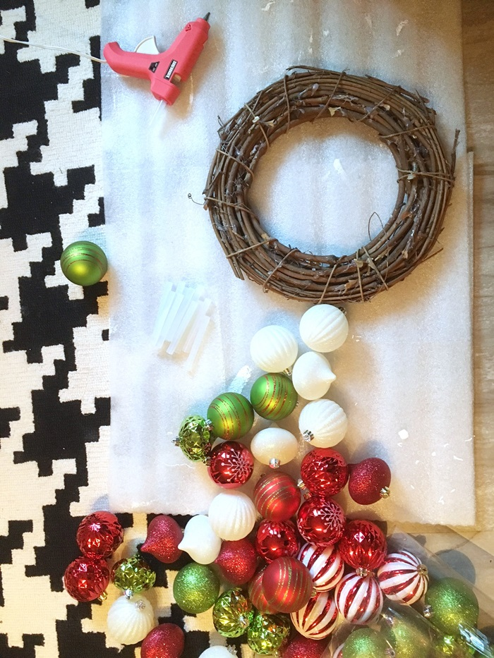 red-and-green-christmas-ball-wreath003