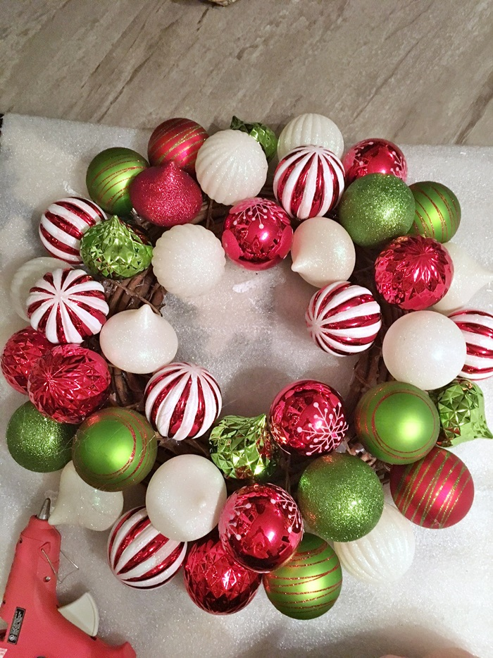 red-and-green-christmas-ball-wreath007